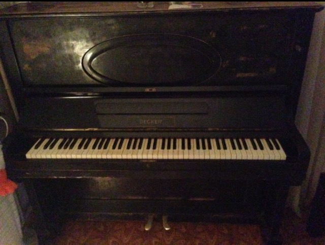 Чёрное старинное пианино Becker